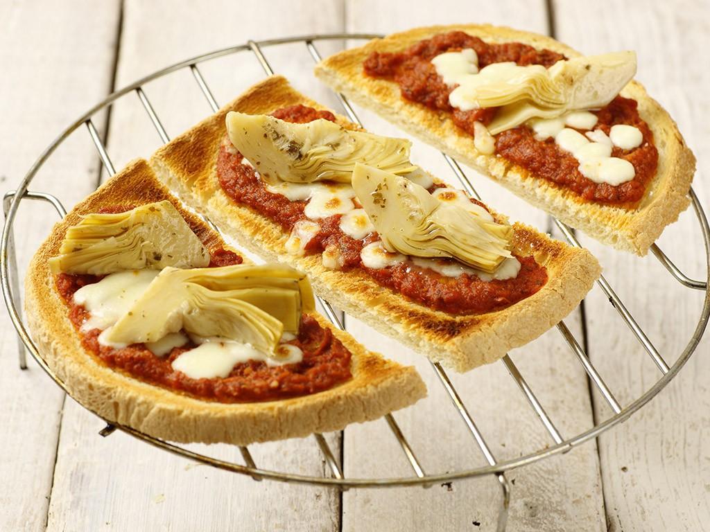 Pane a fette con Salsa Mediterranea Valfrutta Granchef, Carciofi alla Paesana Valfrutta Granchef e Mozzarella a cubetti
