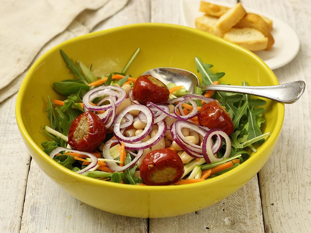 Zucchine e carote a fiammifero Rucola Fagioli Cannellini Valfrutta Granchef Peperoncini ripieni di tonno Valfrutta Granchef cipolla rossa