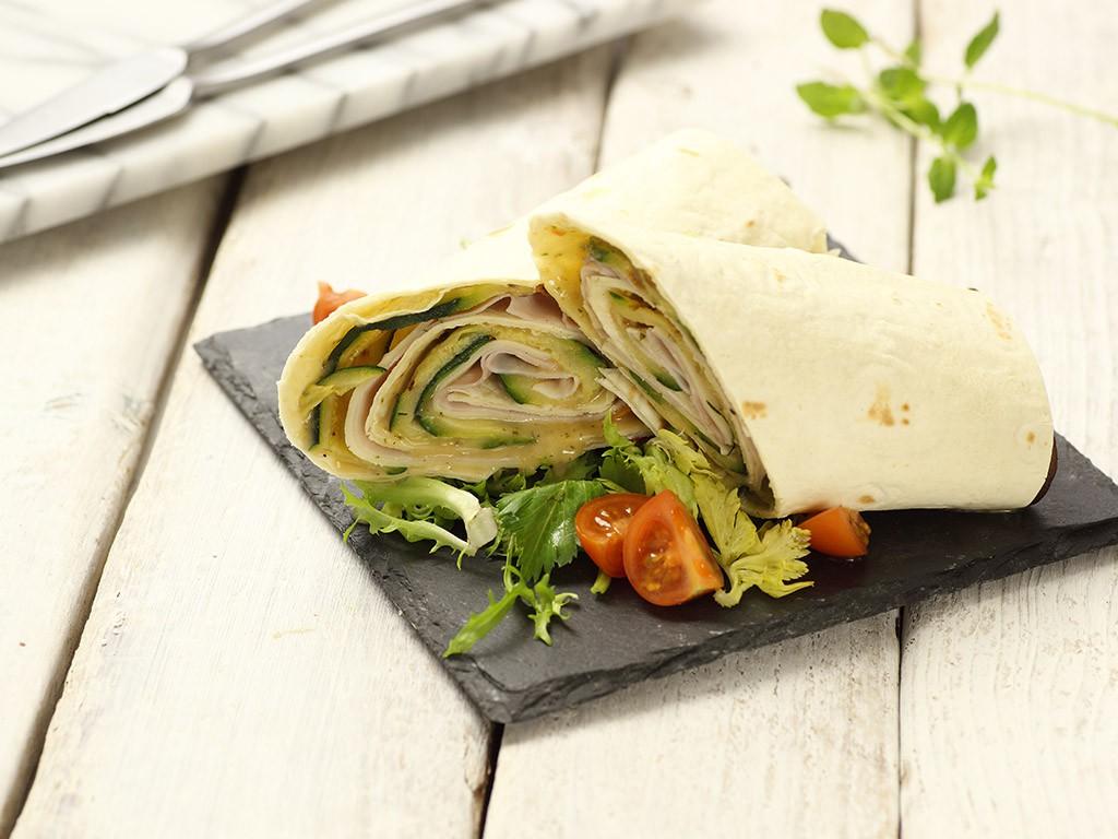 Piada roll con mousse di Fagioli Cannellini Valfrutta Granchef, verdure grigliate, mozzarella, prosciutto di praga, Crema Carciofi Valfrutta Granchef