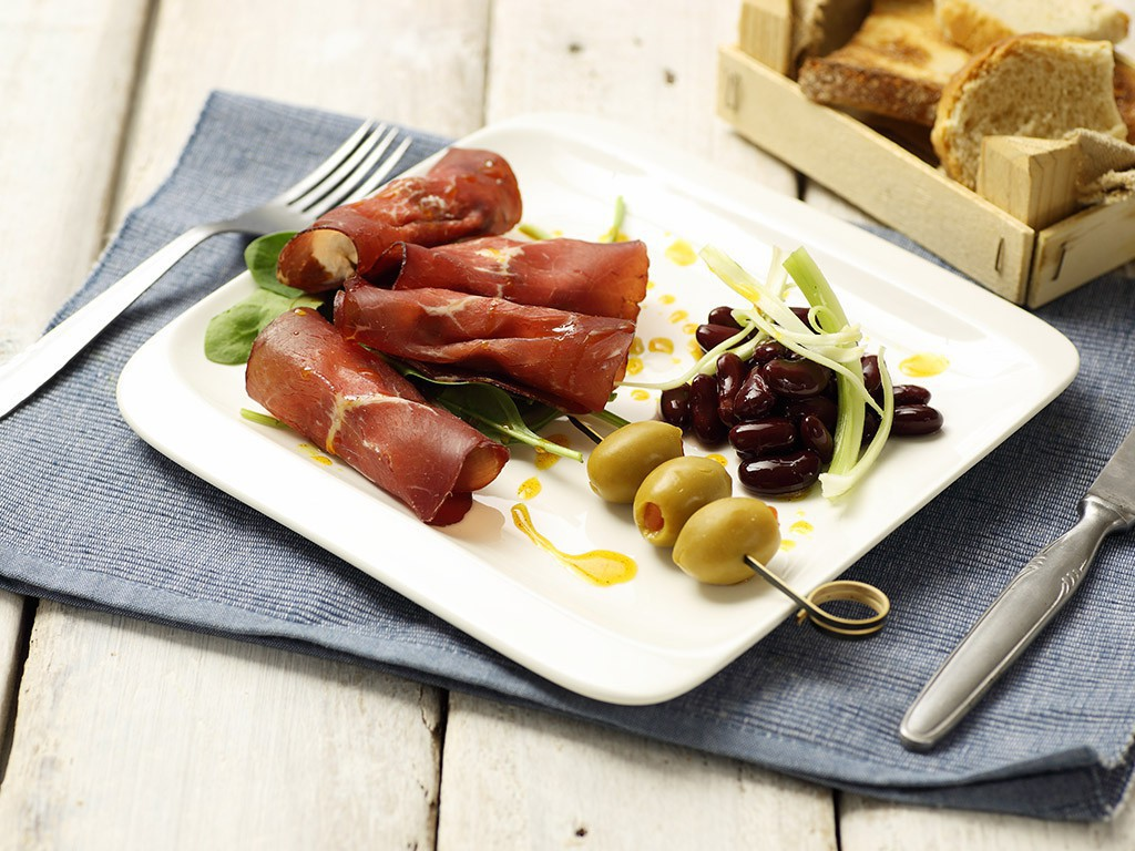 Bresaola su Red Kidney Valfrutta Granchef, sedano, crema di caprino, fichi secchi, Olive farcite Valfrutta Granchef