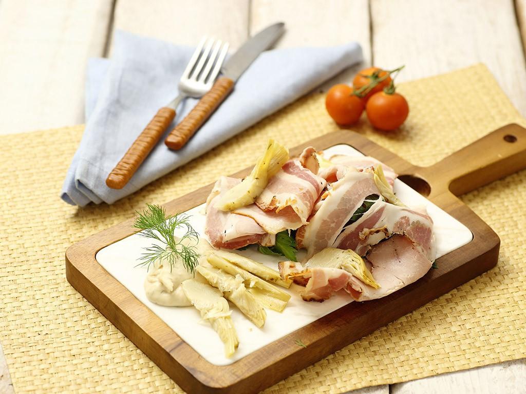 Carpaccio di porchetta con Carciofi Valfrutta Granchef alla giudea mash di Fagioli Bianchi di Spagna Valfrutta Granchef finocchietto